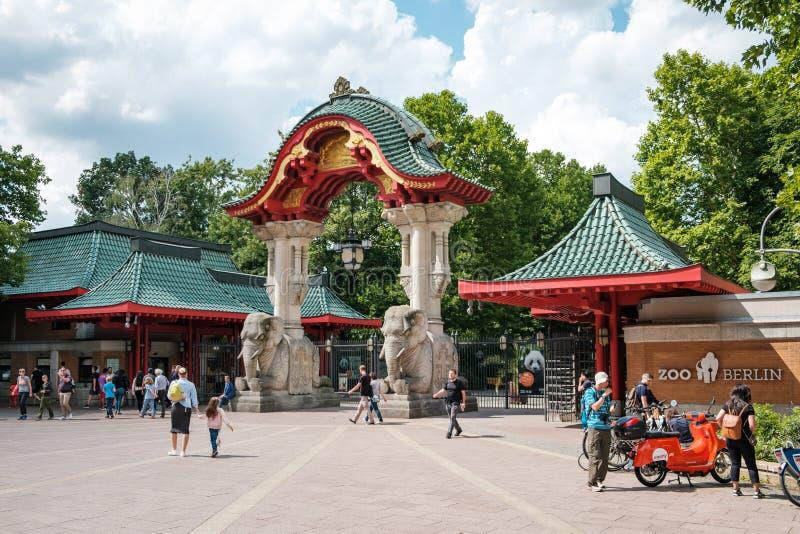 A porta do elefante da porta da entrada de Berlin Zoo/zoológico imagens de stock royalty free