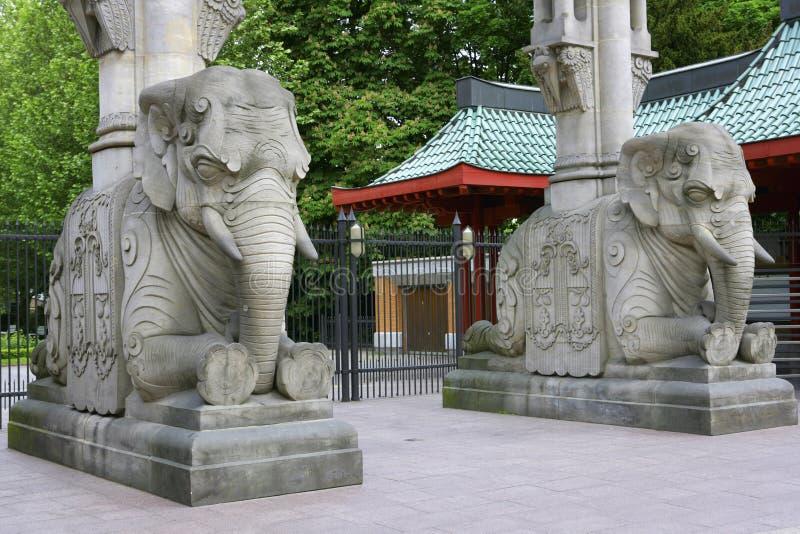 A porta do elefante da entrada, iergarten, Berlim, Alemanha imagem de stock