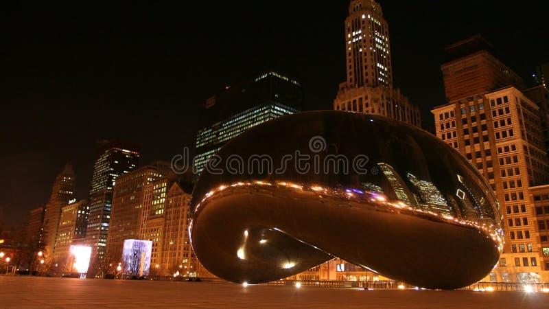 Porta do feijão ou da nuvem na noite em Chicago fotos de stock
