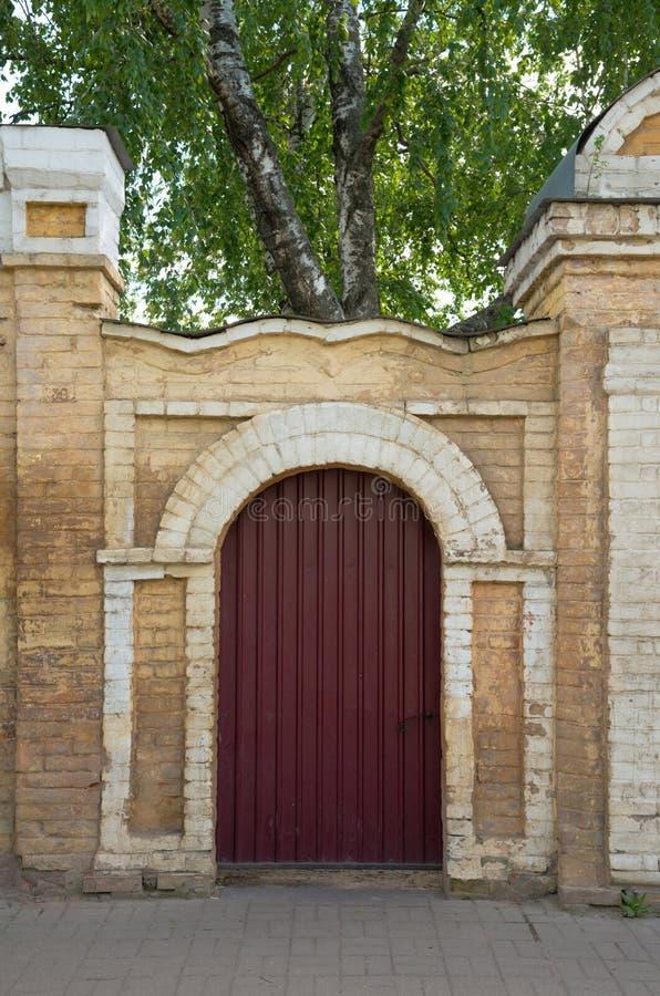 Porta do ferro da parede de tijolo Rússia imagem de stock royalty free