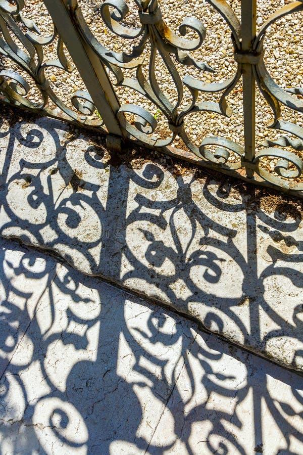 Porta do ferro forjado ao jardim imagens de stock
