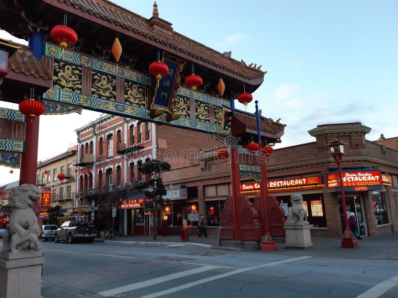 A porta do interesse harmonioso no bairro chinês de Victoria foto de stock