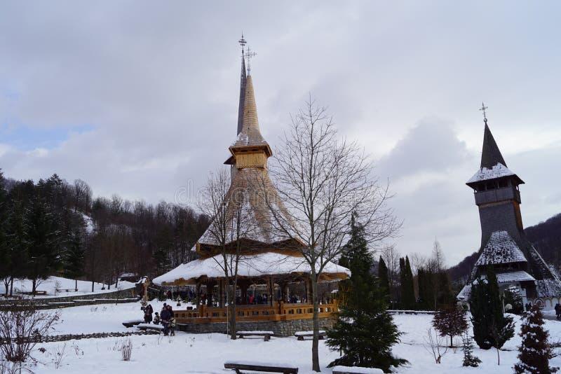 A porta do inverno Uma vista de uma igreja em Romênia fotografia de stock royalty free
