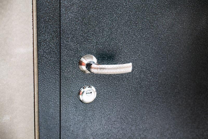 Porta do metal com punho e buraco da fechadura imagem de stock royalty free
