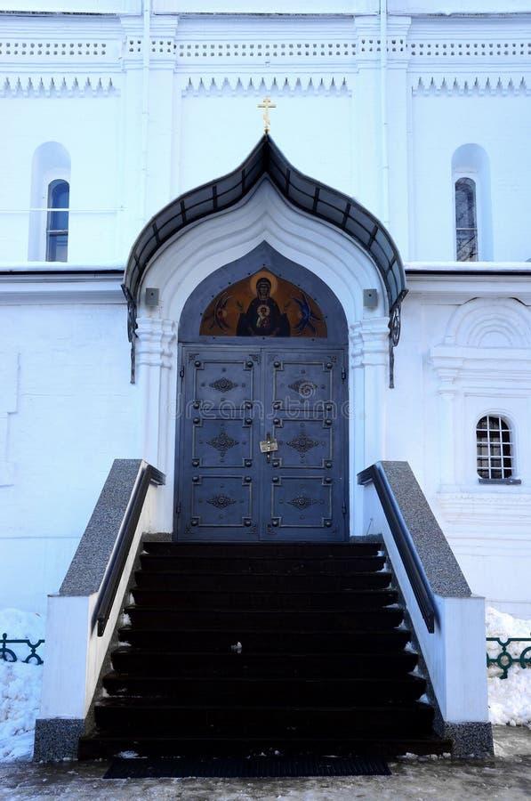 Porta do metal da catedral do Sts Boris e Gleb em Dmitrov foto de stock