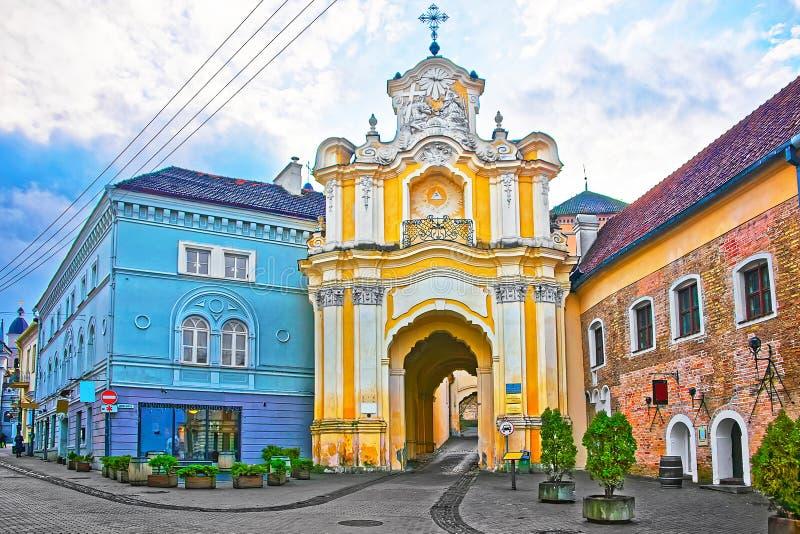 Porta do monastério de Basilian na cidade velha em Vilnius imagem de stock
