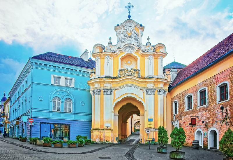 Porta do monastério de Basilian na cidade velha de Vilnius em Lituânia fotografia de stock royalty free