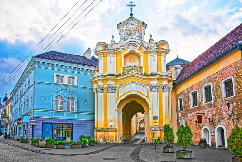 Porta do monastério de Basilian na cidade velha de Vilnius em Lituânia fotografia de stock