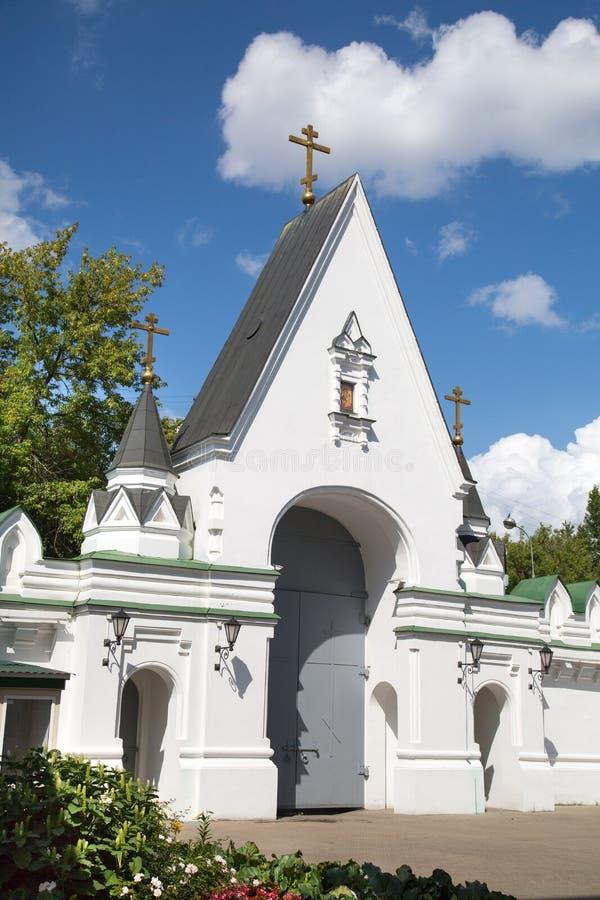 A porta do norte do monastério de Nikolo-Perervinsky em Moscou Vistas de R?ssia foto de stock