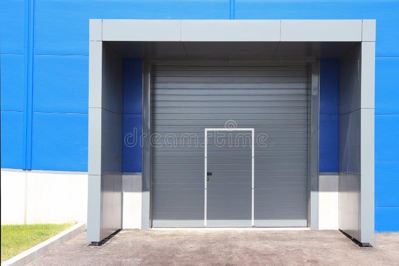 Porta do obturador do rolo do centro logístico para o fundo industrial foto de stock