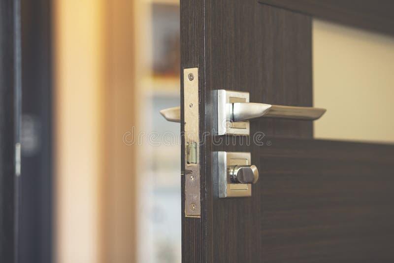 Porta do quarto ou do apartamento com porta aberta imagem de stock