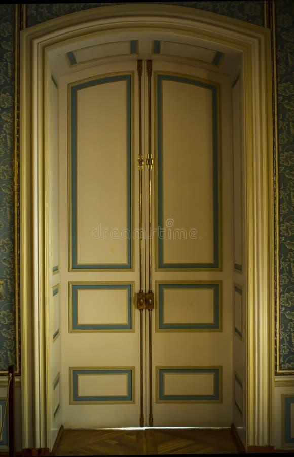 Porta do vintage Porta dobro da asa na sala foto de stock