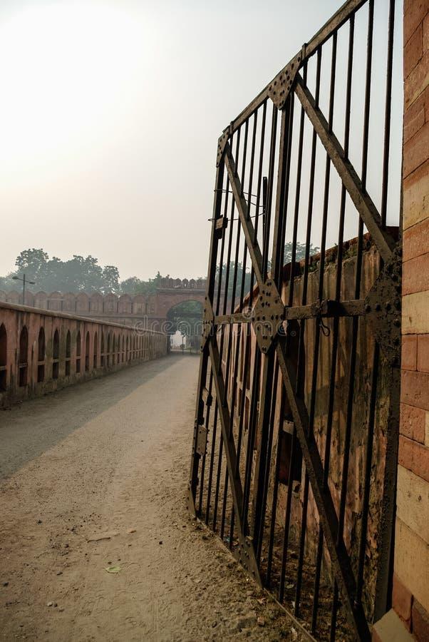 Porta do xá de Bahadur na cabeça da ponte Arched que liga Salimgarh para imagens de stock