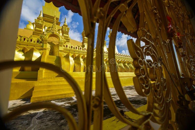 Porta dourada do templo em Pha que Luang em Vientiane, Laos imagens de stock royalty free