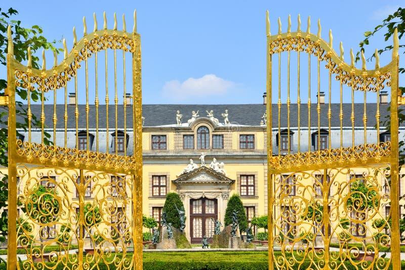 Porta dourada em jardins de Herrenhausen, Hannover, Alemanha fotos de stock royalty free