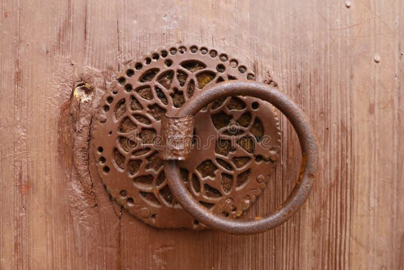 Porta e aldrava de madeira velhas imagem de stock
