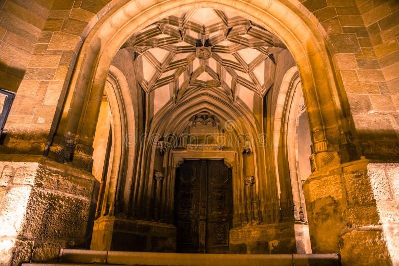 Porta e arco largos da igreja fotos de stock