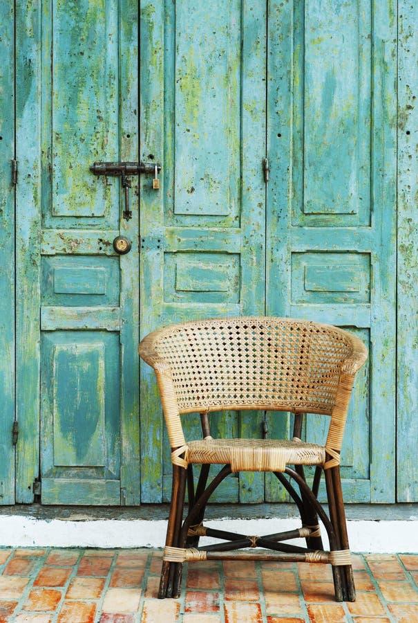 Porta e cadeira velhas imagem de stock