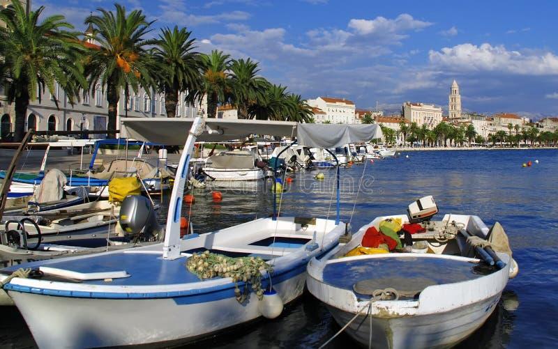 Porta e cidade rachadas - Croatia foto de stock royalty free