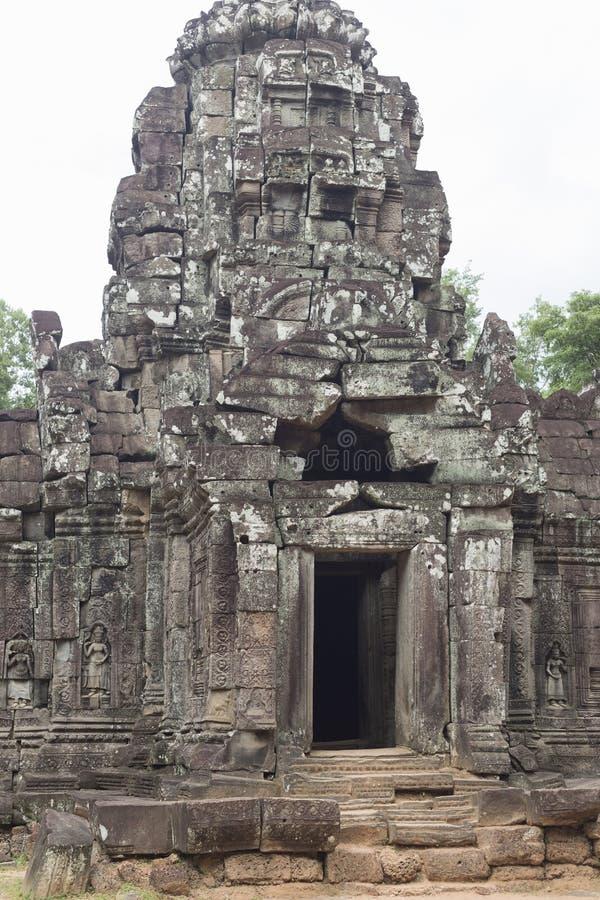 Porta e entrada ao templo do som de Ta um vertical de Angkor fotos de stock