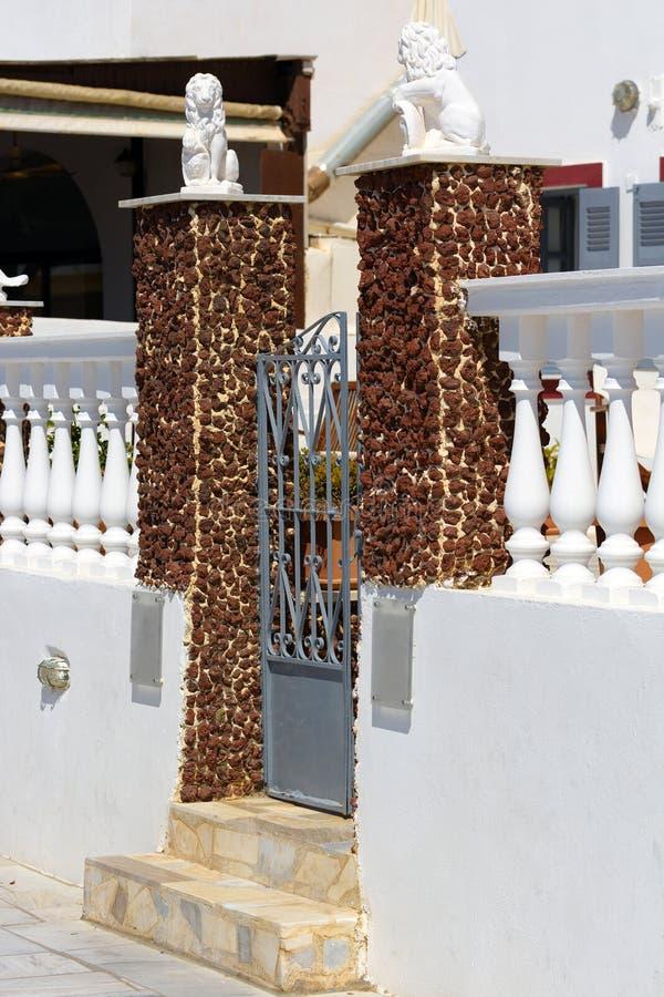 Porta e etapas de pedra em Oia, detalhes arquitetónicos bonitos de ilha de Santorini fotografia de stock royalty free