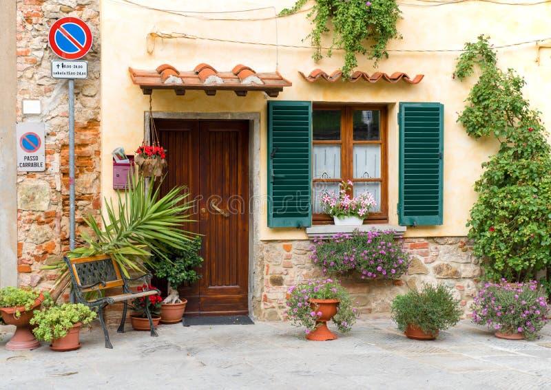 Porta e finestra con i fiori immagine stock immagine di for Finestra con fiori disegno