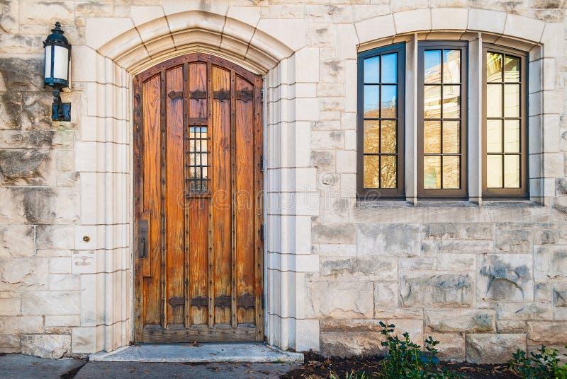 Porta e finestra sulla facciata di pietra fotografia stock libera da diritti
