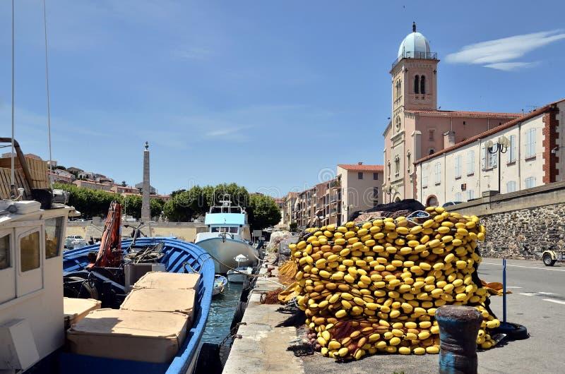 Porta e igreja do Port-Vendres em France foto de stock royalty free