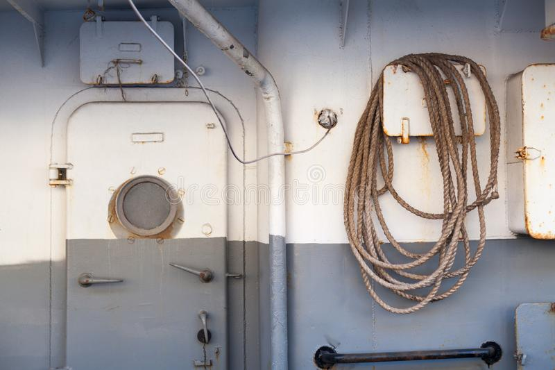 Porta e janelas modernas do navio foto de stock