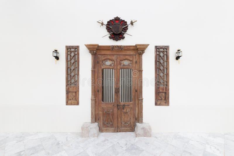 A porta e a lanterna de madeira velhas no cimento concreto branco muram o backgr imagem de stock