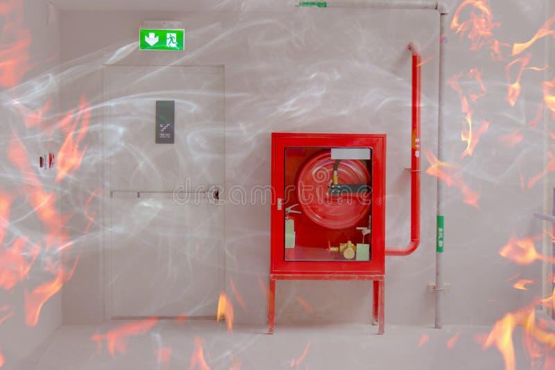 A porta e o fogo da saída de emergência extinguem o equipamento com chama fotos de stock royalty free