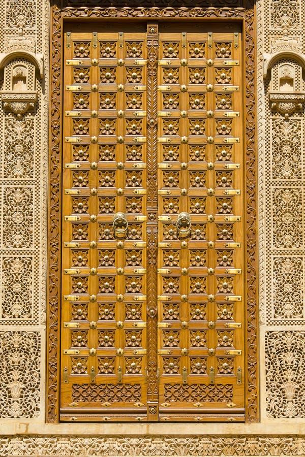 Porta e ornamento de madeira na parede do palácio no forte de Jaisalmer, Índia fotografia de stock