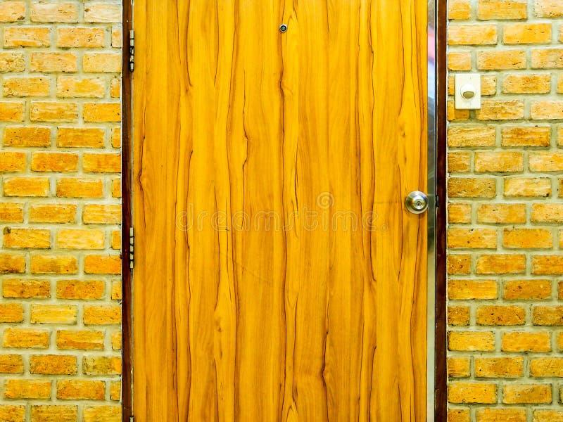 Porta e parede de tijolo de madeira imagem de stock royalty free