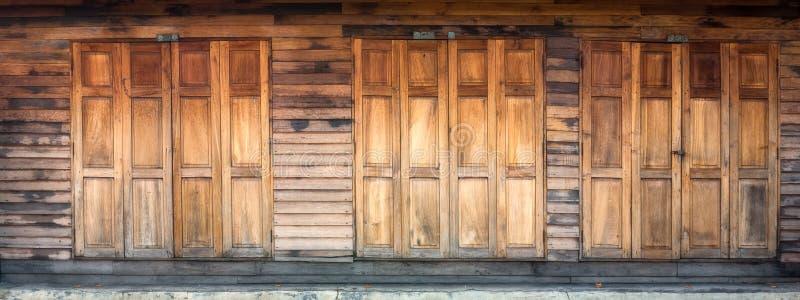 Download Porta e parete di legno immagine stock. Immagine di vecchio - 30829953