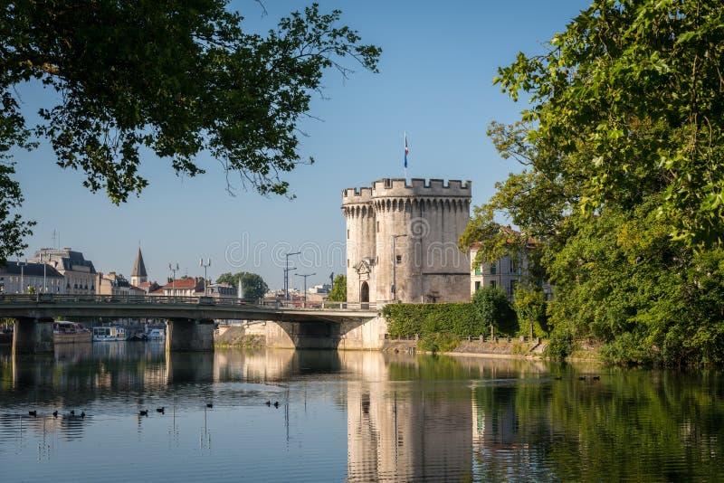 Porta e ponte da cidade sobre o rio Meuse em Verdun imagem de stock