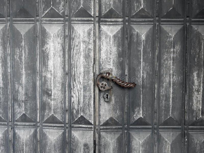 Porta e punho de madeira velhos, Letónia imagem de stock royalty free