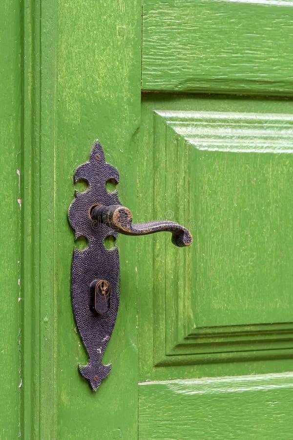 Porta e puxador da porta de madeira verdes velhos e envelhecidos imagens de stock royalty free