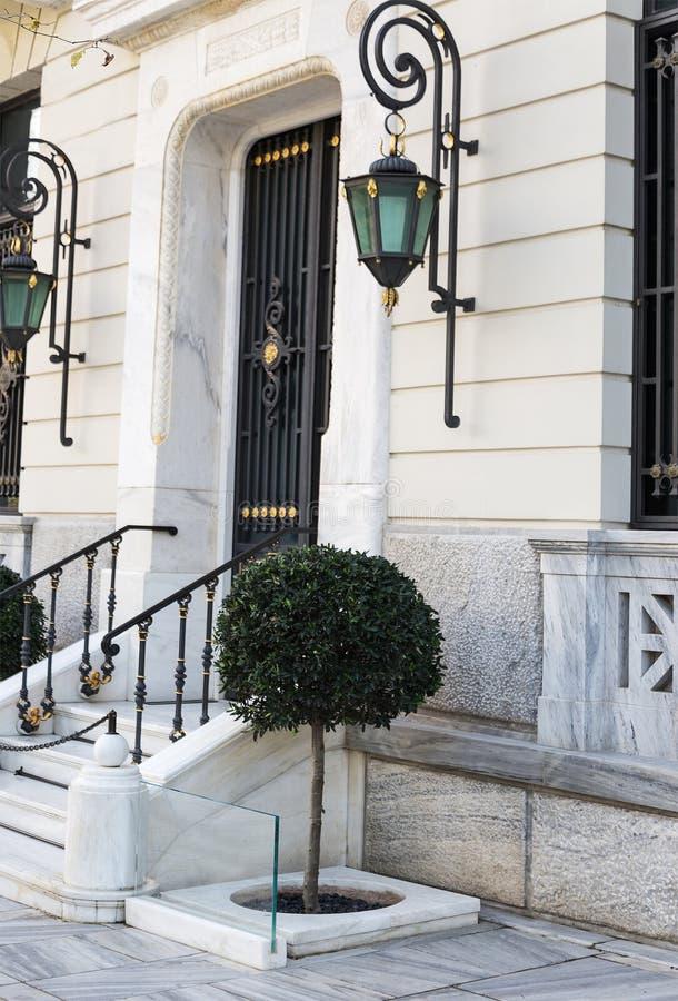 Porta elegante da casa e árvores decorativas fotos de stock royalty free