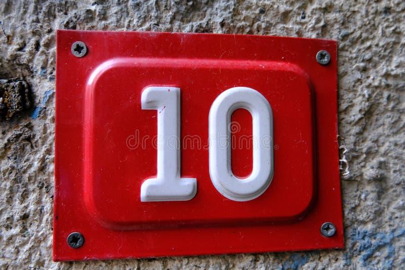 Porta 10 em fundo concreto foto de stock