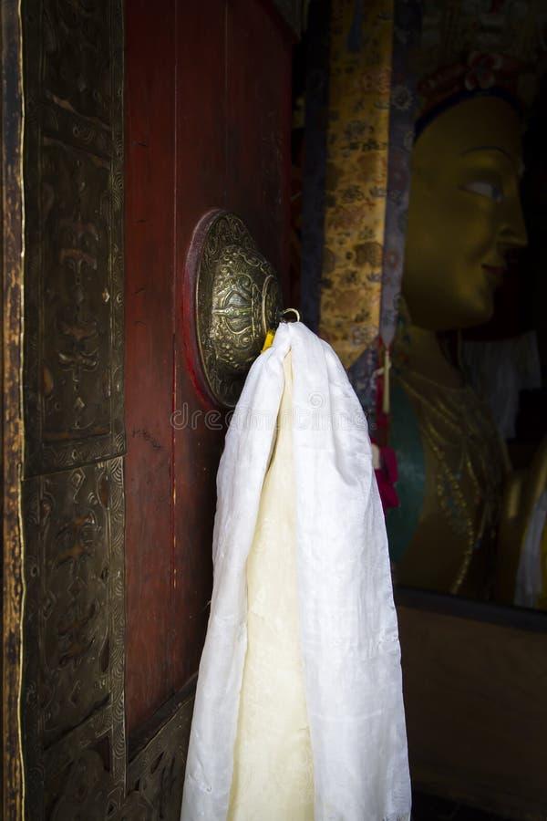 Porta em um templo do monastério budista fotografia de stock