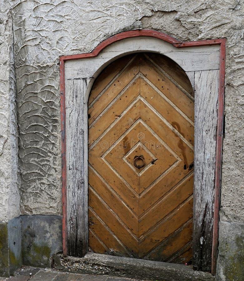 Porta em uma igreja em Engen em Alemanha imagens de stock