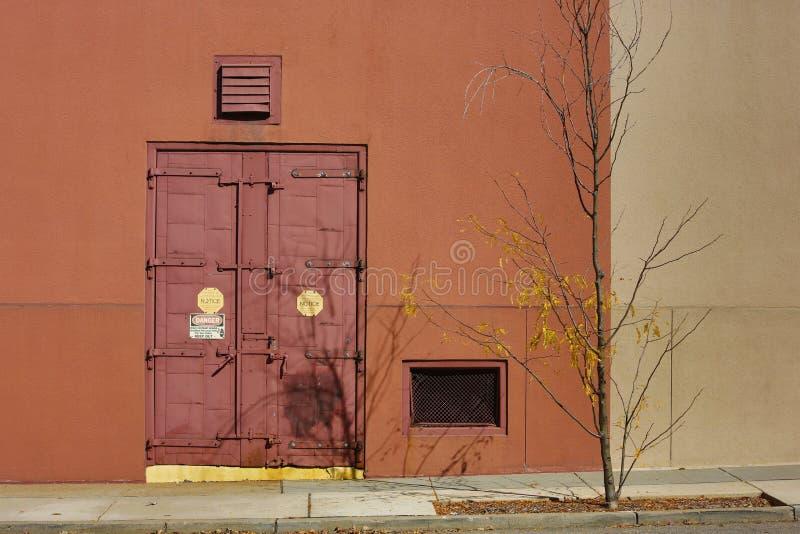 Porta exterior vermelha oxidada do armazém do metal fotografia de stock