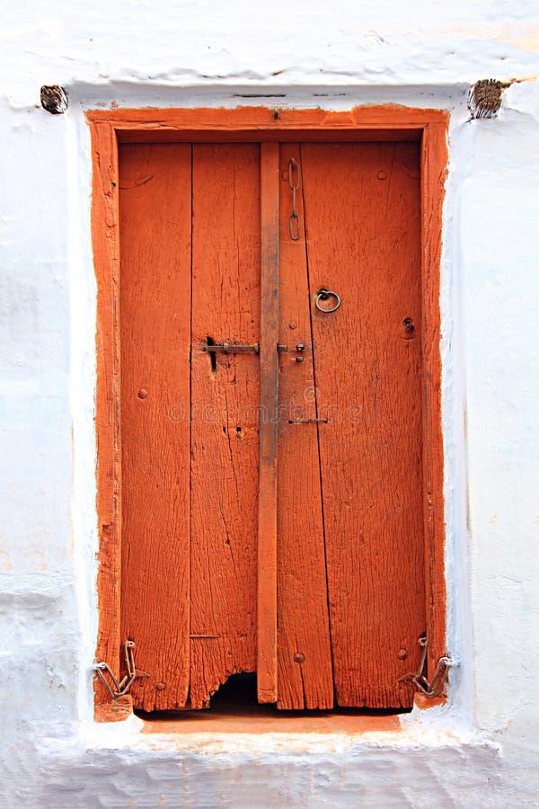 Porta fechado de madeira velha em india foto de stock