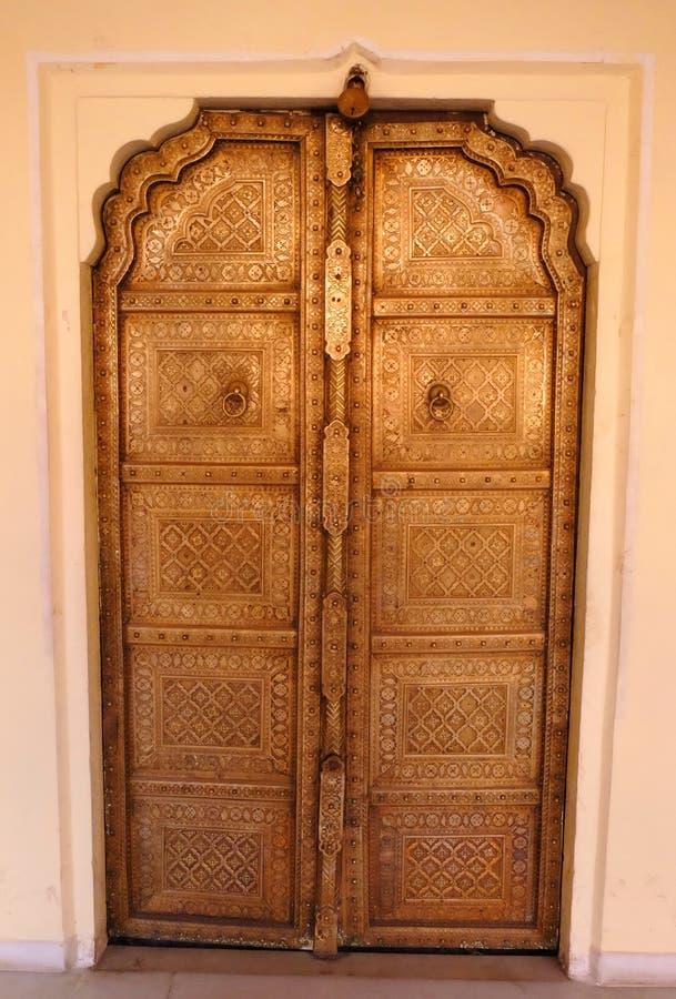 Porta fechado decorativa do metal do palácio da cidade, Udaipur, Rajasthan, india fotografia de stock
