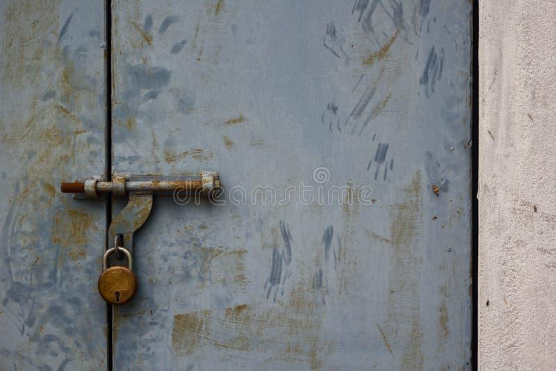 A porta fechado oxidada sem tocar fotografia de stock