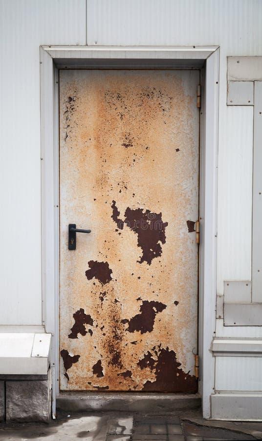 Porta fechado oxidada velha fotografia de stock royalty free