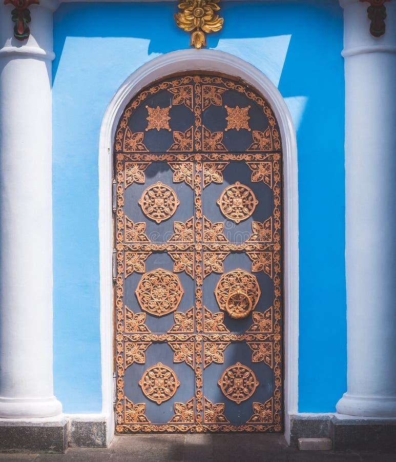 Porta in ferro battuto incurvata oggetto d 39 antiquariato - La porta di kiev ...