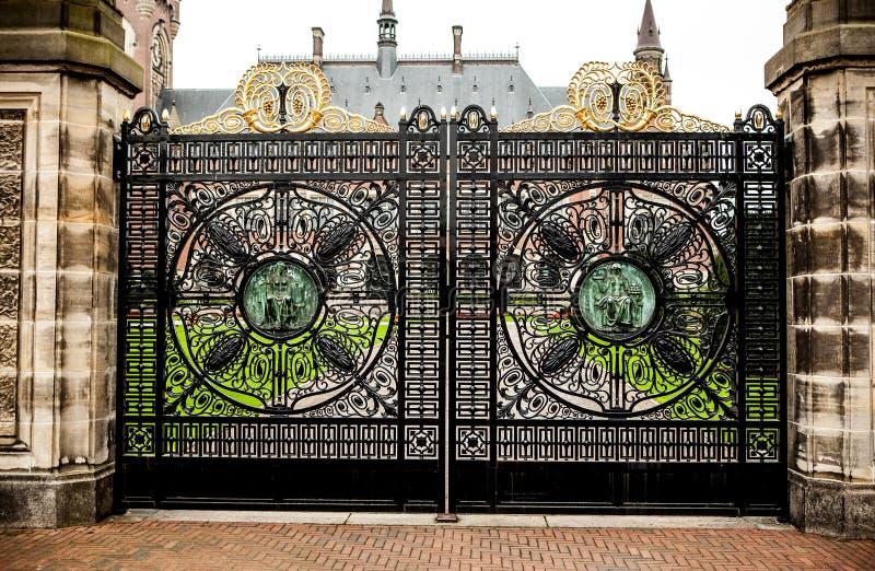 Porta forjada velha do metal nos dois pontos de pedra Entrada ao palácio fotografia de stock royalty free