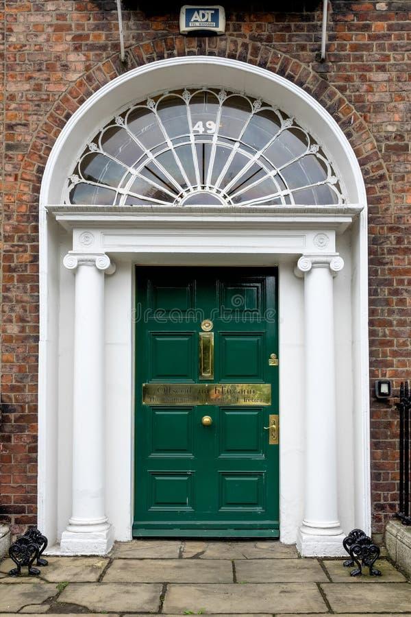 Porta georgiana Colourful nella città di Dublino, quadrato di Merrion, Irlanda fotografia stock