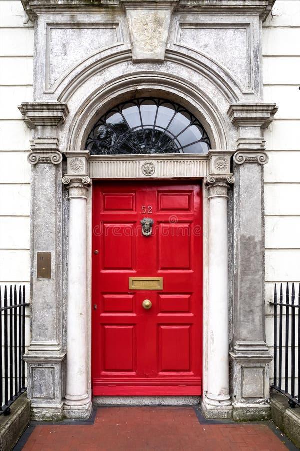 Porta georgiana Colourful nella città di Dublino, quadrato di Merrion, Irlanda immagini stock